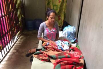 Jéssica Monteiro com o bebê, na prisão em São Paulo.