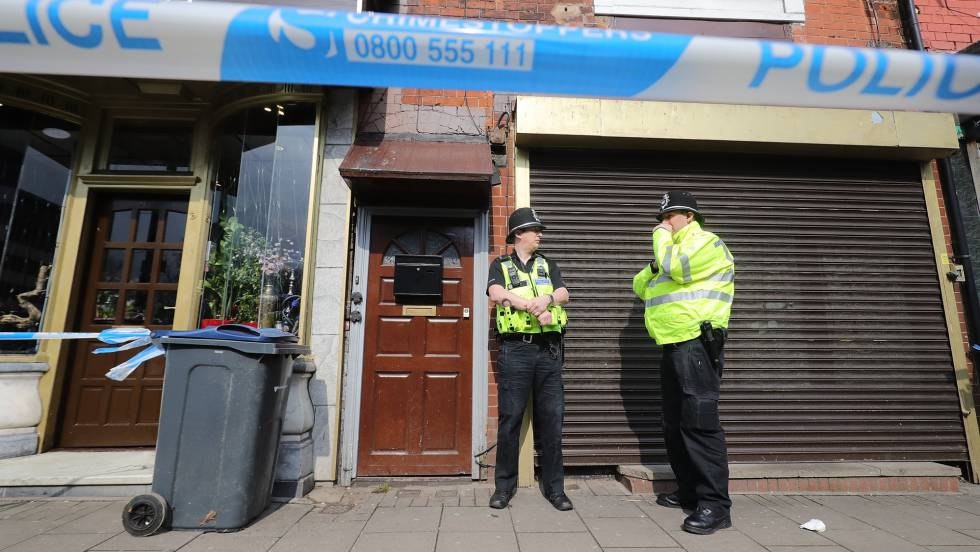 Dois policiais patrulham a rua Hagley, em Birmingham, nesta quinta-feira.