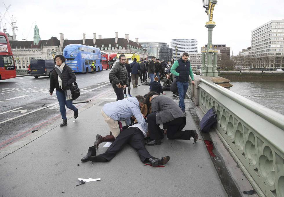 Transeuntes socorridos depois do atentado de Londres em 22 de março passado.