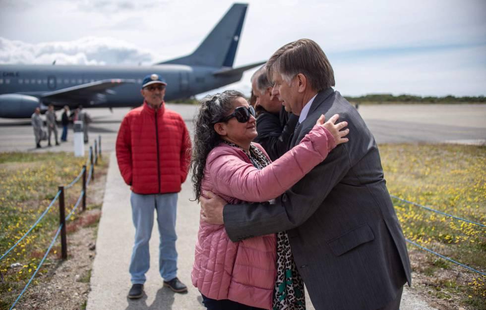Parentes de tripulantes do avião militar que desapareceu na Antártica chegam à base militar em Punta Arenas, no Chile.