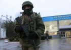 """Soldados russos cercam o aeroporto militar de Sebastopol. O ministro do Interior ucraniano qualifica como """"invasão armada"""