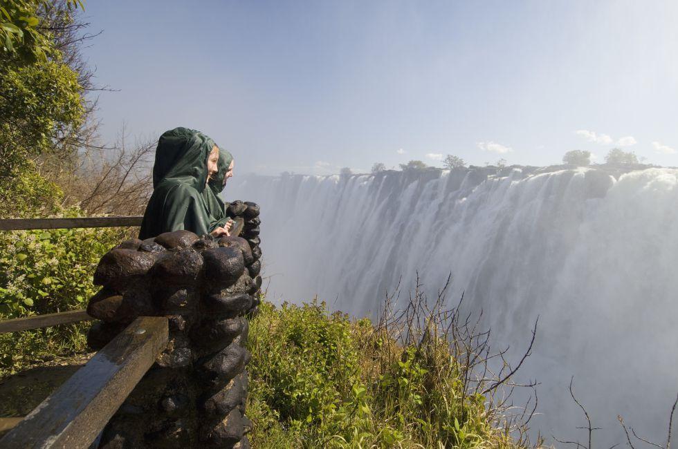 O explorador David Livingstone lhes deu o nome de Cataratas de Vitória, em 1855, em homenagem à rainha Vitória, da Inglaterra, mas localmente são conhecidas como Mosi-oa-Tunya, a fumaça que troveja. Esta espetacular e estrondosa queda d'água do rio Zambeze, na fronteira de Zâmbia e Zimbábue, forma a cortina de água mais comprida do planeta (1,7 quilômetro de extensão) e é patrimônio mundial desde 1989.