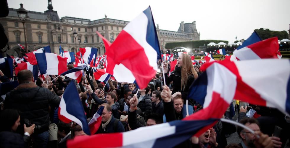 Os simpatizantes de Macron comemoram o resultado na praça do Louvre, em Paris.
