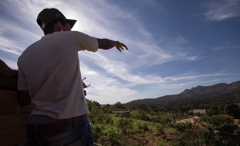 Da escada de casa, Michel Fernandes Guimarães aponta para onde aconteceu a avalanche de lama.