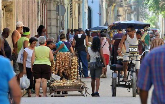Taxistas e vendedores de comida, em Cuba.