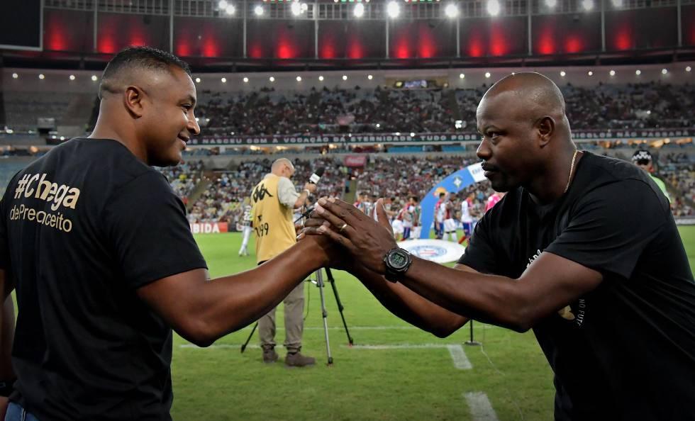 Roger Machado e Marcão se cumprimentam no Maracanã.