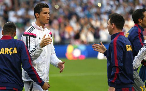 Messi cumprimenta Cristiano em um clássico no Bernabéu.