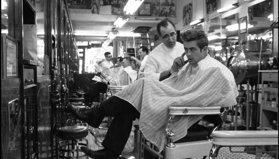 O ator James Dean, numa barbearia de Nova York.