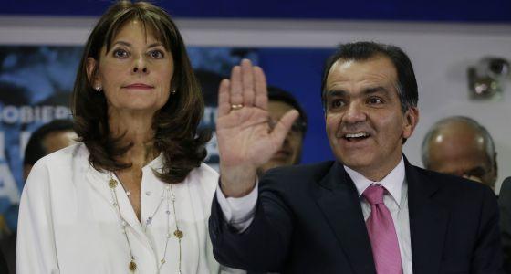 Zuluaga e Marta Lucía Ramírez na assinatura do 'Compromisso pela Colômbia'.