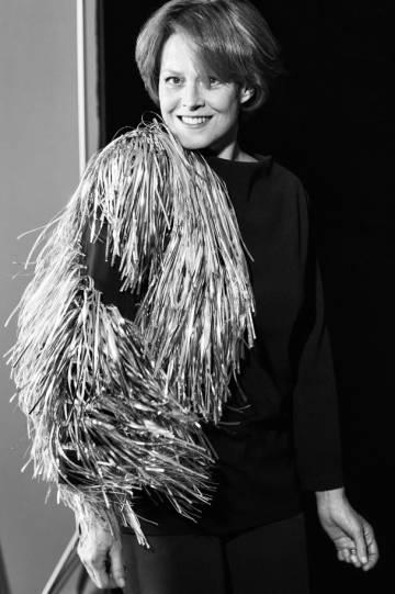 Sigourney Weaver na sessão de fotos para o EL PAÍS Semanal. Usa um top com franjas Loewe, calças Shon Mott e sapatos Carmina Shoemaker.