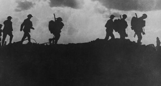 Soldados britânicos percorrem uma colina durante a batalha.