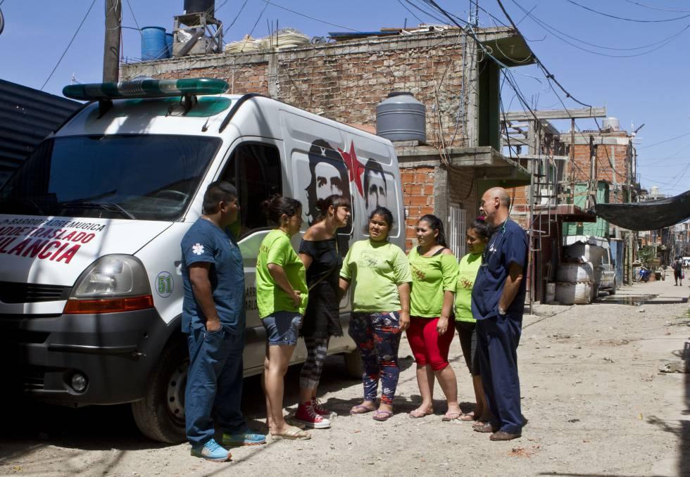 Ambulância da Central de Emergências Comunitárias trabalha em uma favela de Buenos Aires.