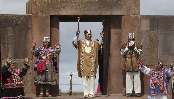 Ato de posse de Evo Morales em cerimônia indígena, em janeiro de 2015.
