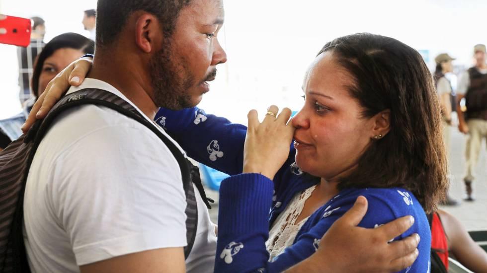 Sobrevivente do naufrágio em Salvador chora no terminal marítimo