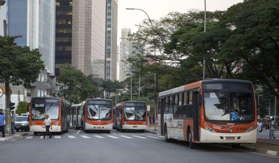 Ônibus bloqueiam avenida de São Paulo em protesto.