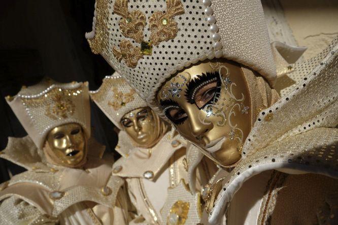O Carnaval permite que o indivíduo se transforme por uns dias e seja alguém diferente. De Veneza à Barranquilla, de Cádiz ao vale do Rhin, milhões de pessoas cobrem seus rostos, preparam carros alegóricos, canções humorísticas ou tentam ser eleitas rainhas por um dia. A música e a dança são protagonistas indiscutíveis. Na imagem, máscaras douradas na Veneza.