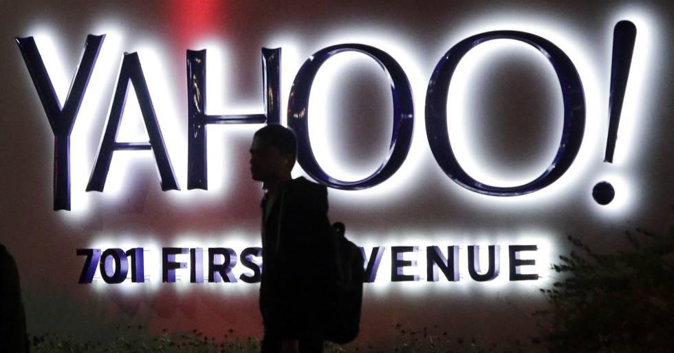 Um traunseunte caminha junto à sede de Yahoo em Sunnyvale, Califórnia.