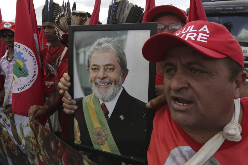 Apoiador de Lula com foto do petista em Brasília.