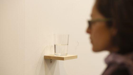 A obra 'Copo de água meio cheio', de Wilfredo Prieto.