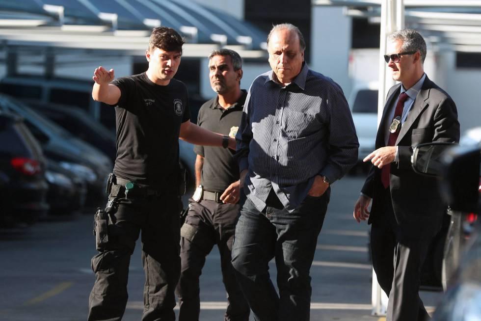 O governador Luiz Fernando Pezão ao chegar à sede da Polícia Federal no Rio: ele foi preso no início da manhã desta quinta-feira.