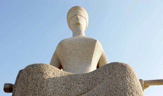 Estátua da Justiça, localizada em frente ao STF.