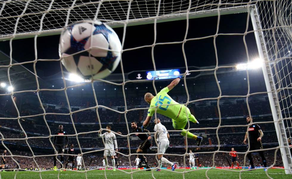 Benzema marca o gol do empate do Real Madrid.