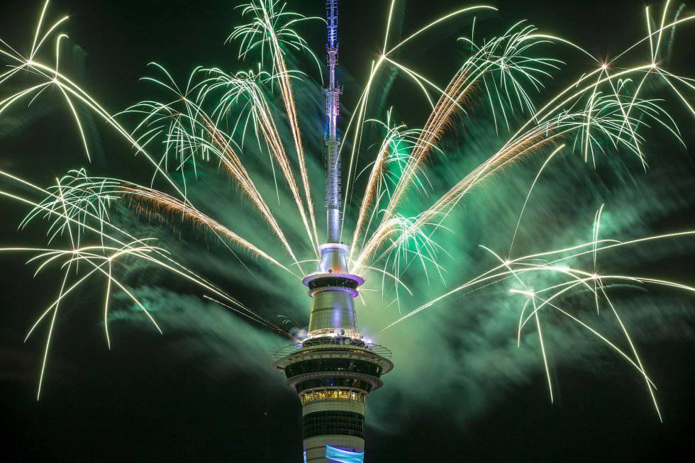 Fogos na Sky Tower em Auckland, Nova Zelândia.