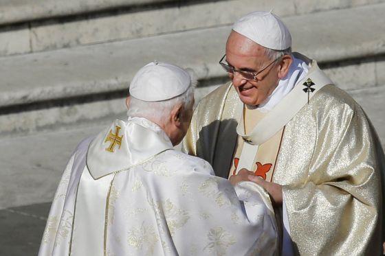 Francisco e Bento XVI durante a beatificação de Paulo VI.