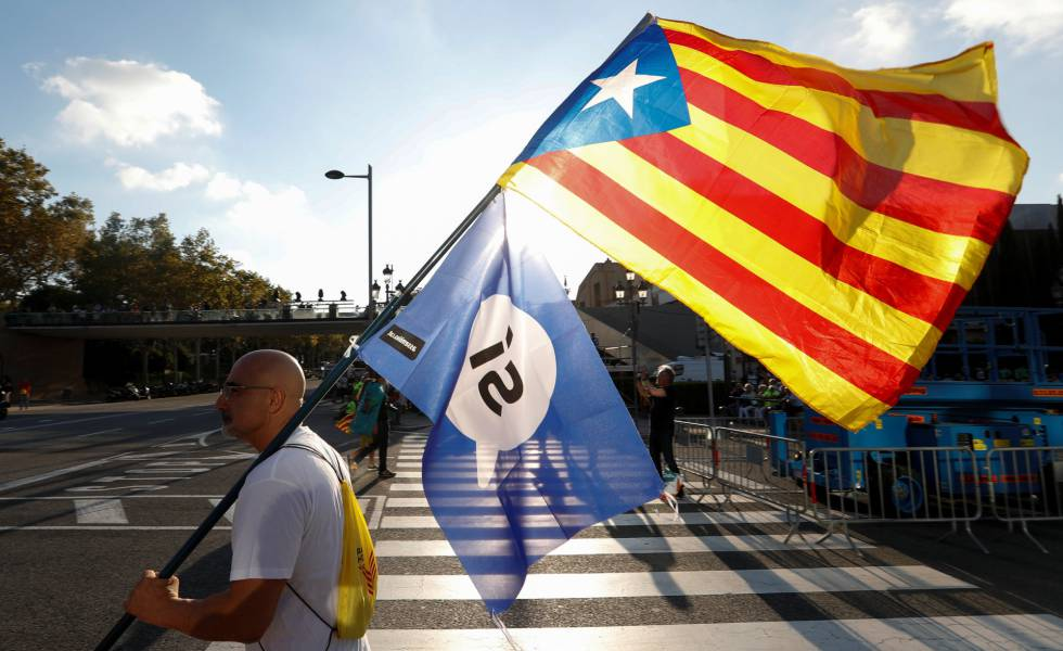 Um homem com a bandeira da Catalunha.