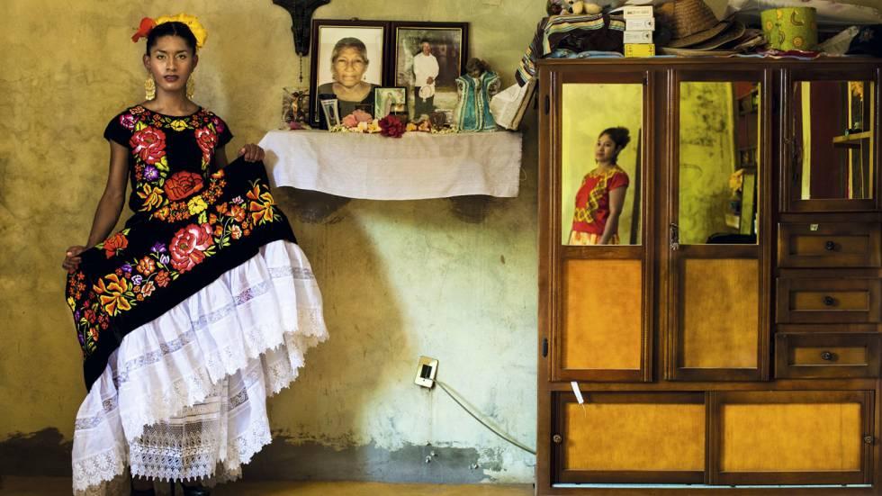 Retrato de Kazandra, vestida com o traje tradicional do Istmo de Tehuantepec, junto ao altar da família. Em todas as casas zapotecas, é possível encontrar um altar dedicado aos entes queridos falecidos, com seus retratos e estampas de santos.