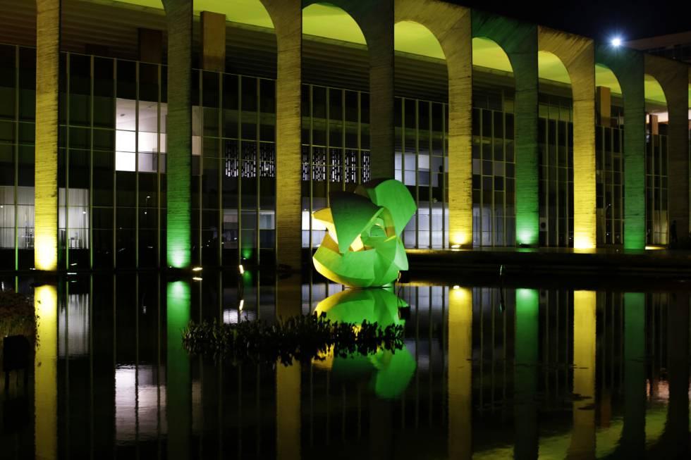 O Palácio do Itamaraty no dia 27 de abril, iluminado com as cores da bandeira brasileira em referência às Olimpíadas no Rio.