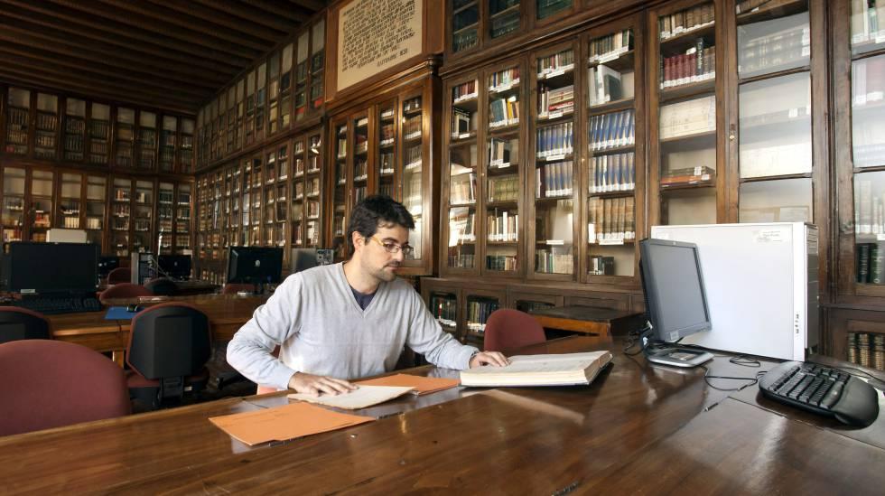 Um jovem consulta documentos no Arquivo Geral Militar, em Ávila (Espanha).