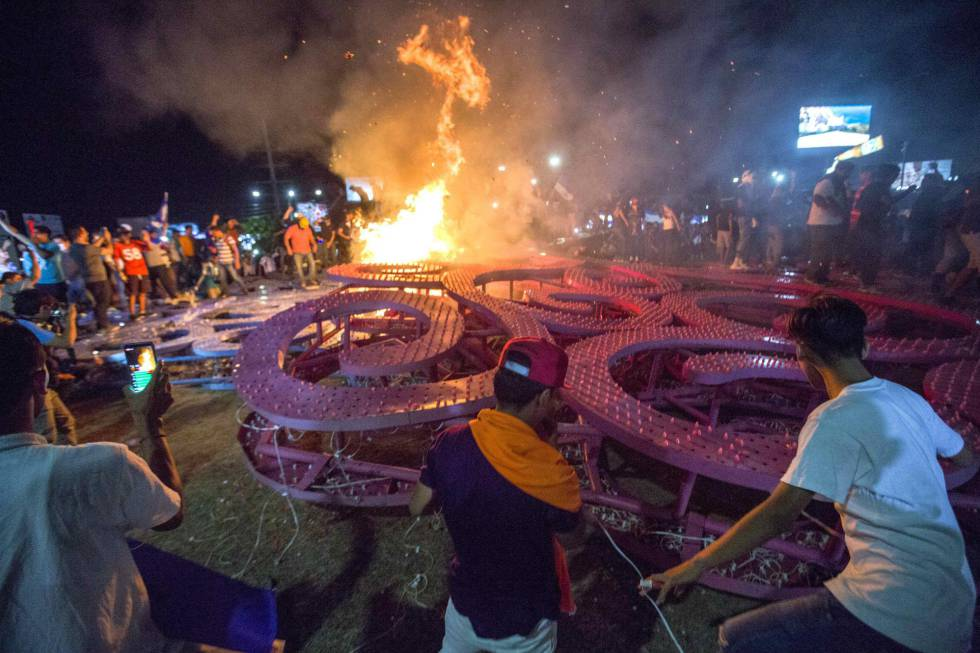 Os manifestantes derrubaram um símbolo do Governo de Ortega.