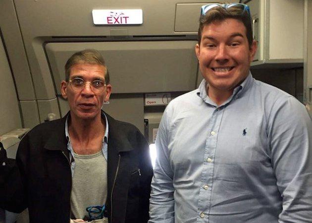 O autor do sequestro, Seif Edin Mustafa (à esq.), e o passageiro Ben Innes (de camisa azul).