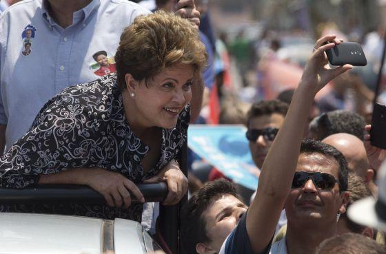 Dilma tira foto com eleitor em campanha no Rio, no dia 20