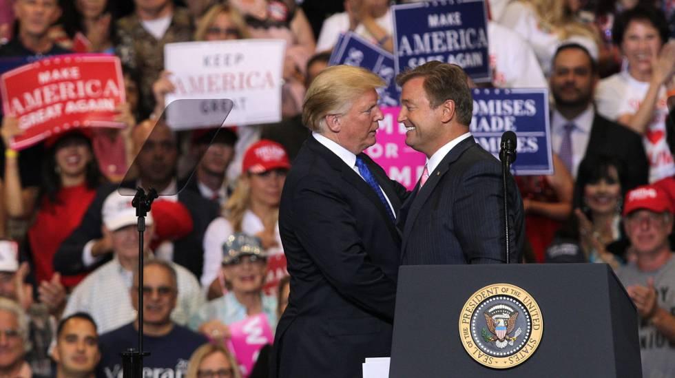 Donald Trump, com o senador Dean Heller na quinta-feira em Las Vegas.