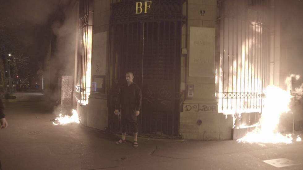 Piotr Pavlenski, na agência que incendiou.