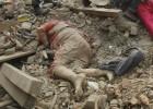 Equipes de resgate buscam sobreviventes desesperadamente em meio ao temor de novos tremores. O saldo de mortos ultrapassa 2.000