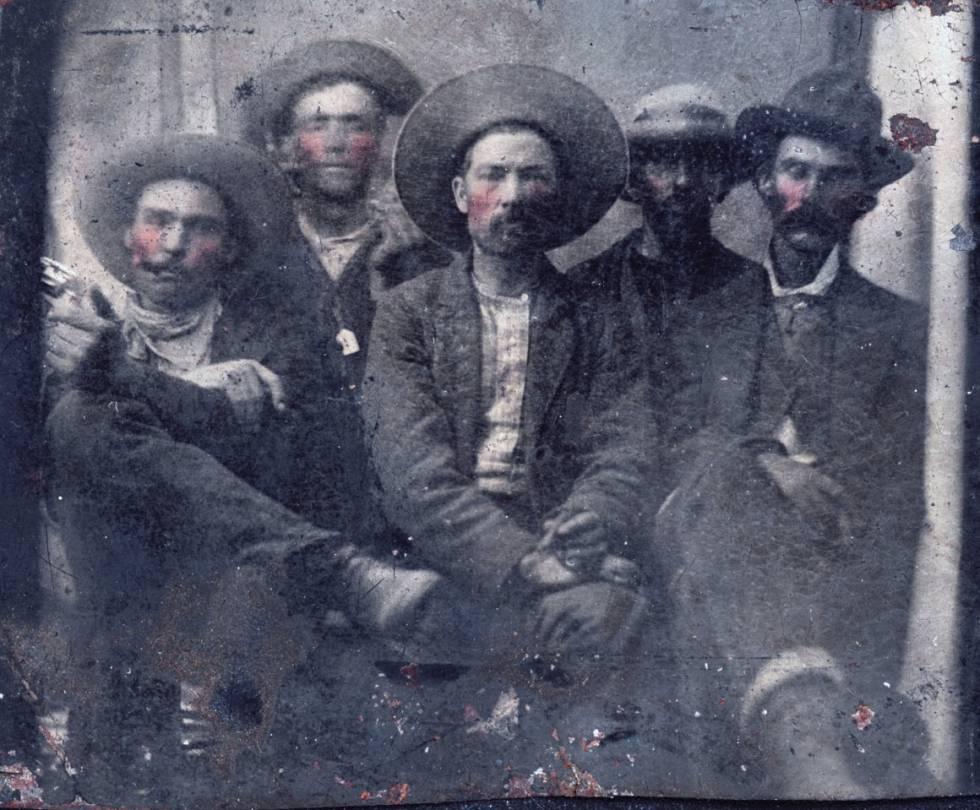 Encontrada foto com duas lendas do Oeste: Billy the Kid (segundo à esquerda) e Pat Garrett (na ponta direita)