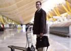 Cerca de 30 sem-teto moram no terminal 4 de Madri. Eles se confundem com os viajantes e alguns sobrevivem graças a golpes