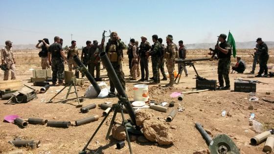 Soldados das forças curdas de Peshmerga e voluntários xiitas tomam posições em Amerly, no noroeste de Bagdá, em 7 de agosto.