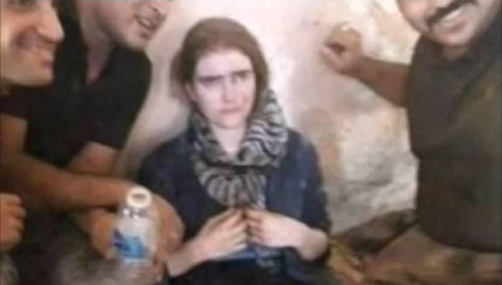 Linda Wenzel, rodeada de soldados iraquianos.