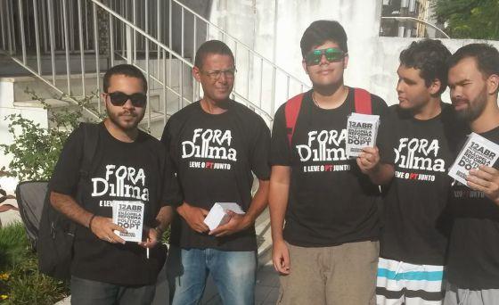 Ricardo Ribeiro (à dir.) e outros militantes do MBL da Bahia.