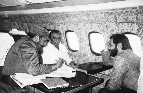Fidel Castro, Gabriel García Márquez e Juan Luis Cebrián, em um voo de Havana a Manágua em 1985.