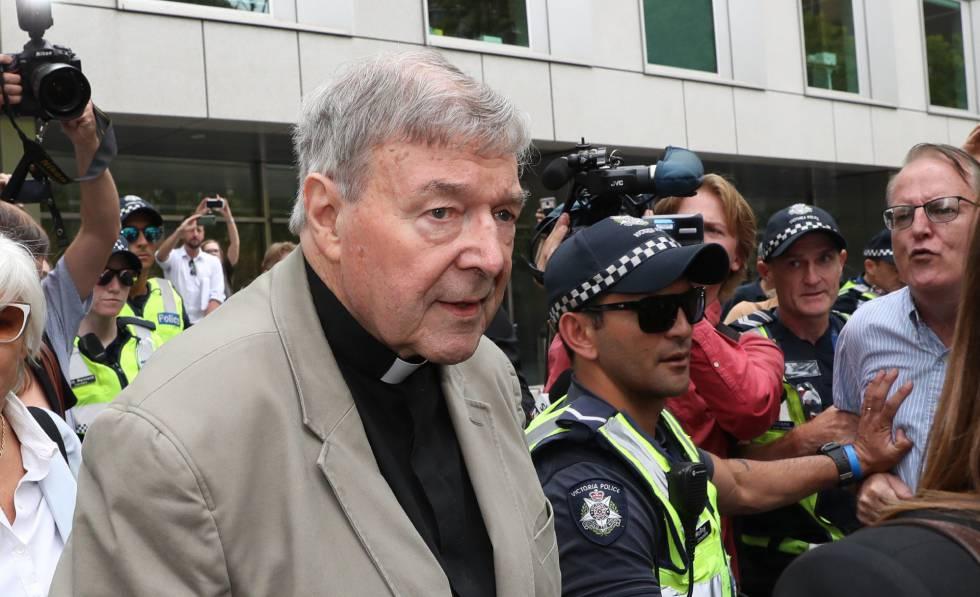 O cardeal George Pell chega ao tribunal de Melbourne nesta terça-feira. Em vídeo, a reação do presidente da conferência episcopal australiana.