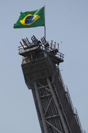 Bandeira do Brasil em plataforma da Petrobras.