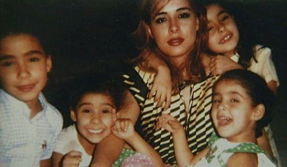 Alanoud Alfayez e suas filhas em uma foto antiga postada nas redes sociais.