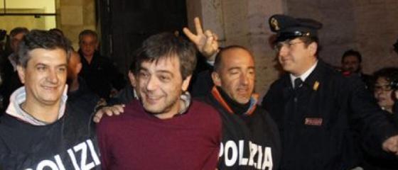 Antonio Iovine, rodeado por policiais, após sua detenção em 2010.