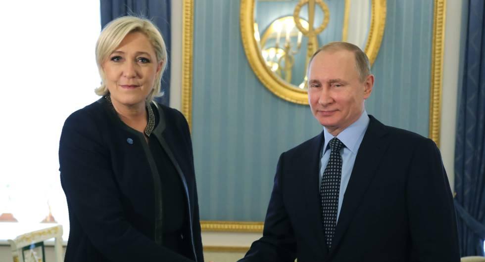 O presidente russo, Vladimir Putin, com a candidata francesa Marine Le Pen.