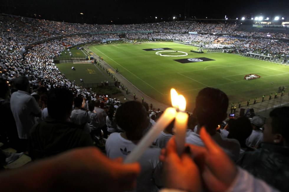 Homenagem às vítimas da tragédia com o voo da Chapecoense em Medellín, na Colômbia: estádio onde seria a final ficou lotado.